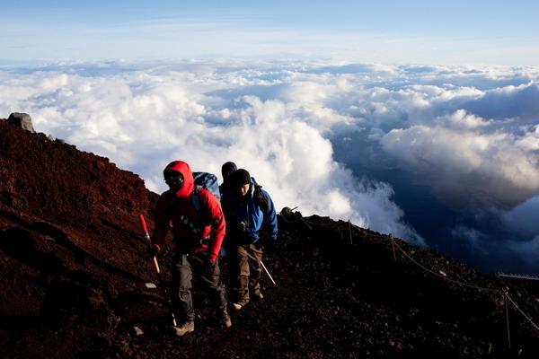 富士山の雲海の上を歩く