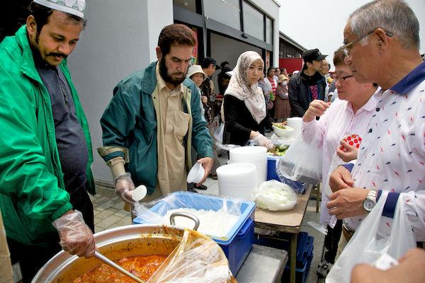 被災地で炊き出しするイスラム教徒