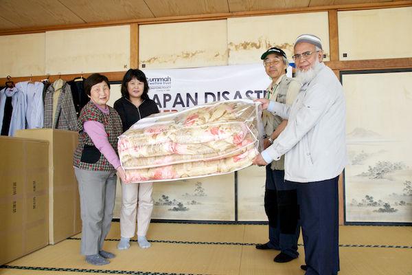 被災地に布団を寄付するイスラム教徒